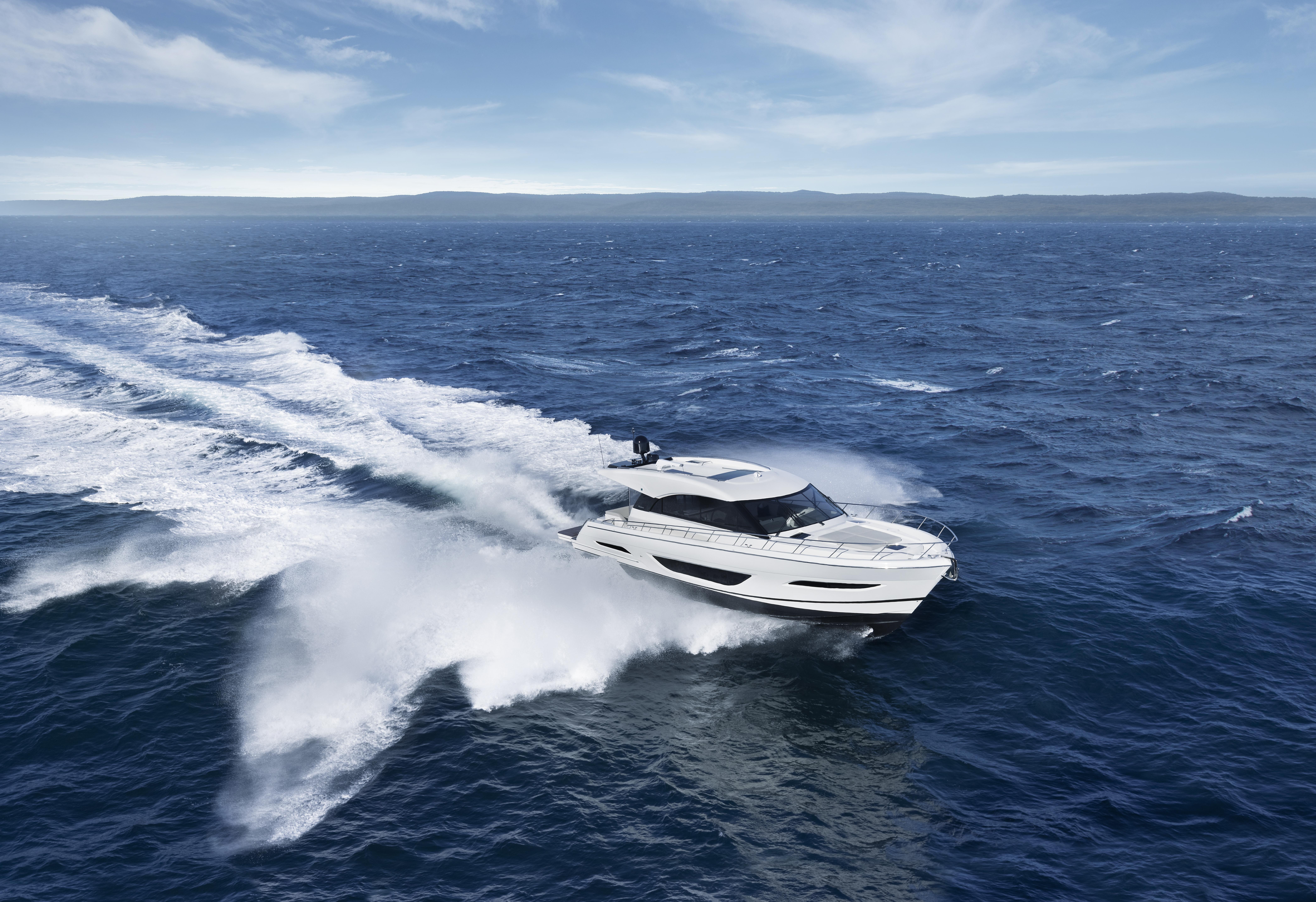 Maritimo S55 cruising shot