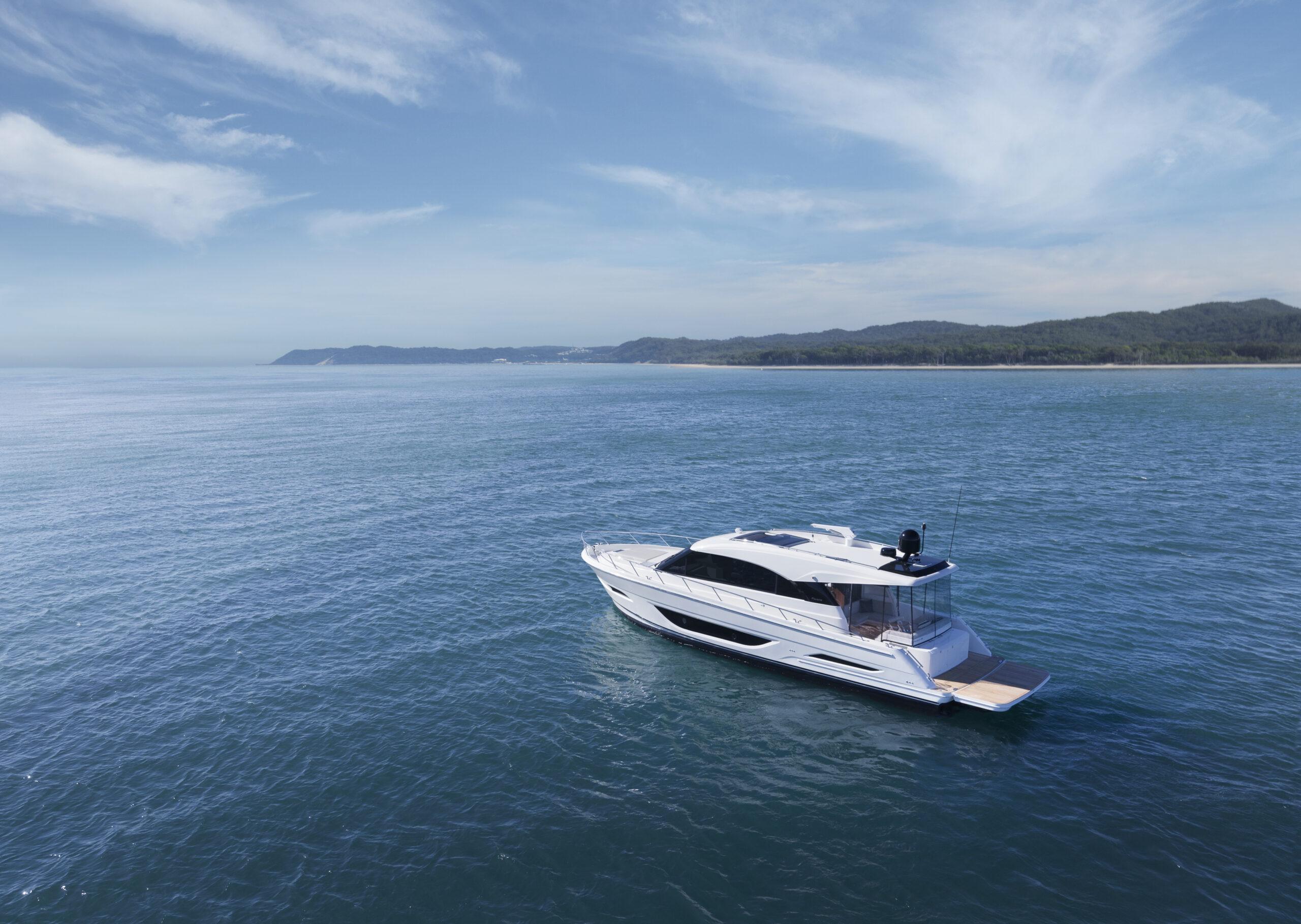 Maritimo S55 anchored