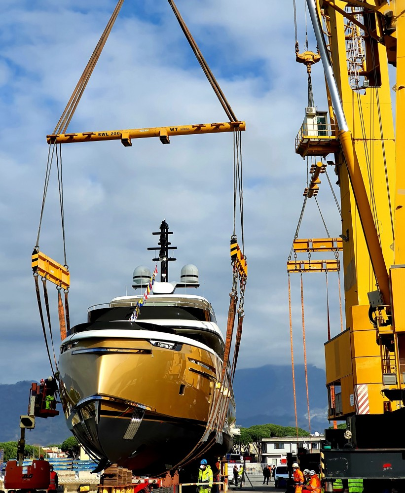 Dynamiq GTT 135 being lifted onto water