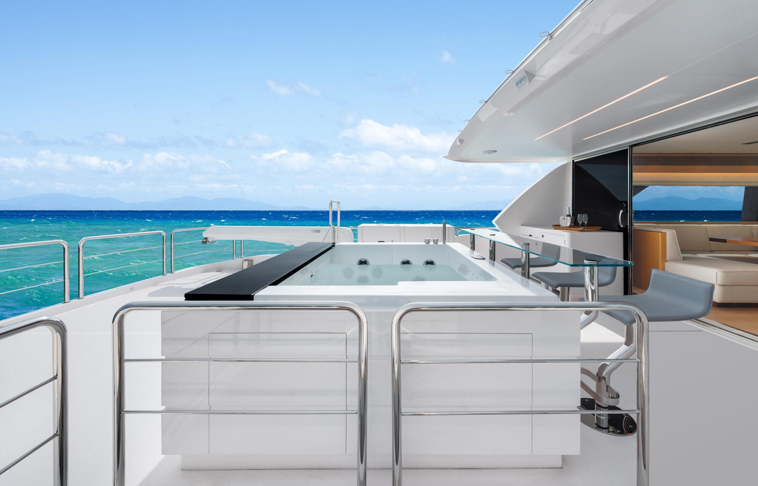 Hot tub on deck on the Horizon FD80