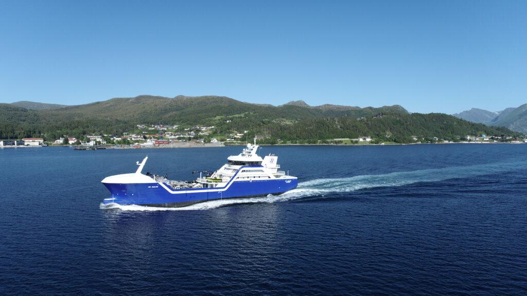 Yanmar equipped vessel cruising