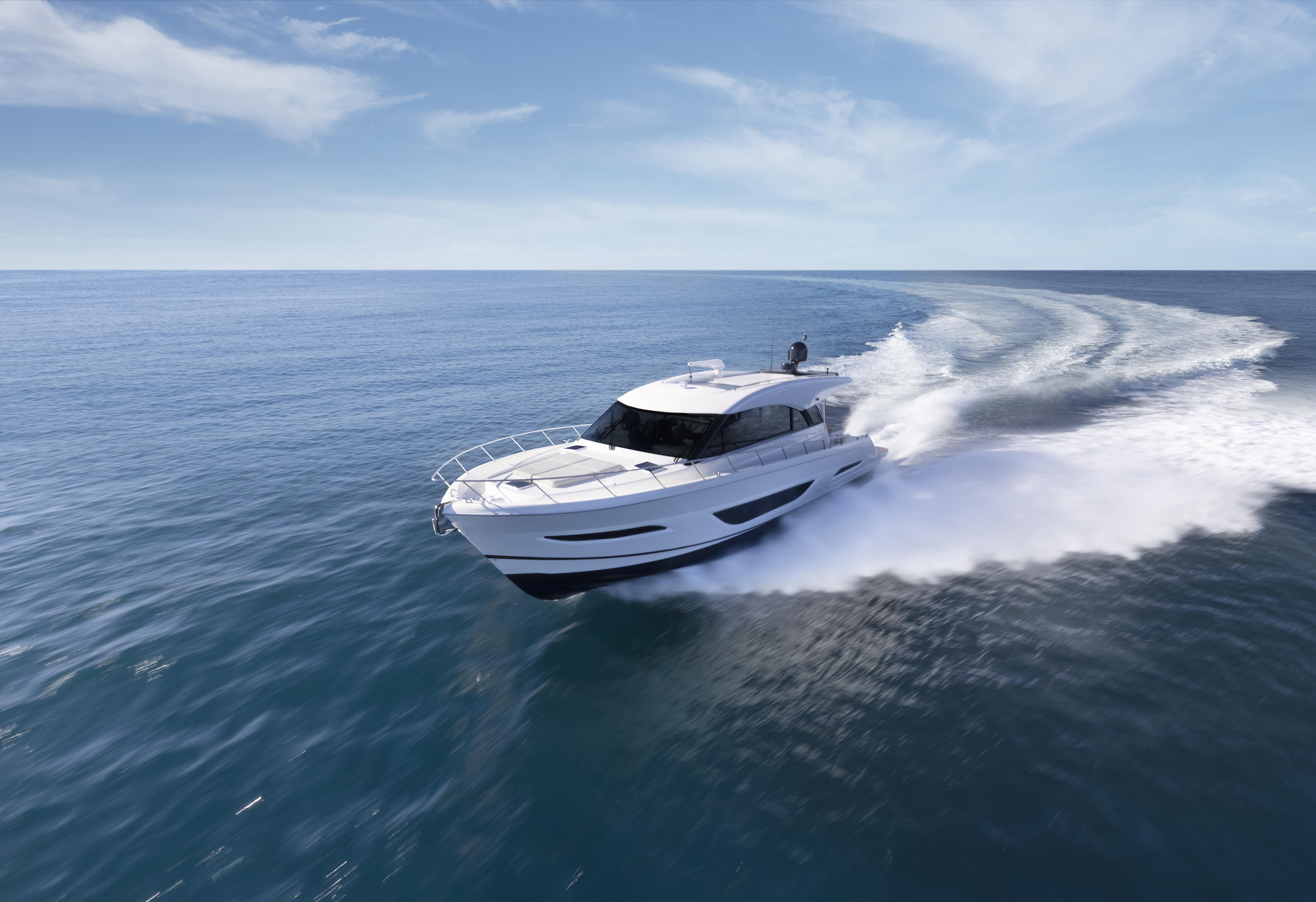 Maritimo S55 cruising forwards