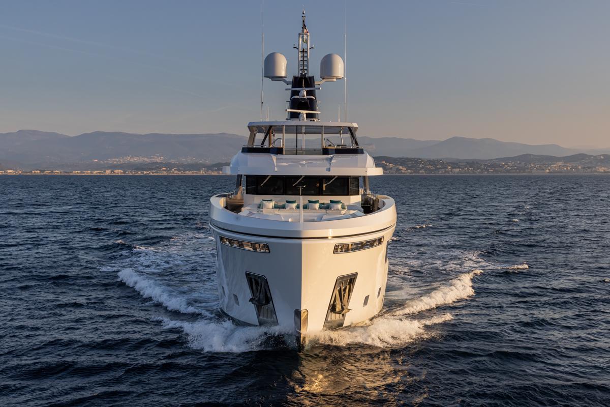 RSY 38m EXP M/Y EMOCEAN cruising forwards