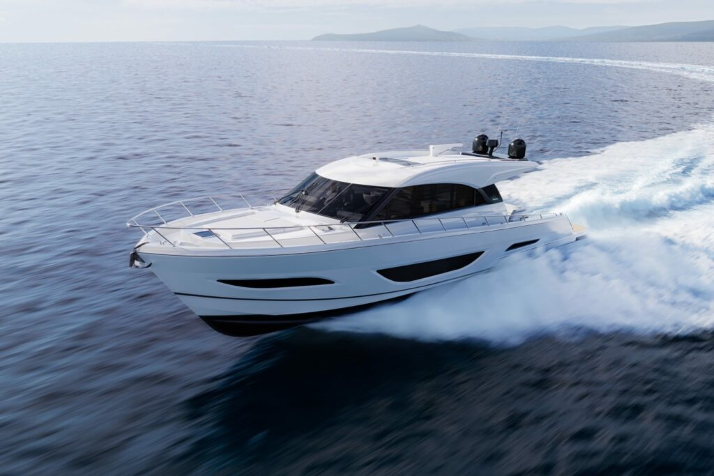 Maritimo S60 cruising at speed forwards